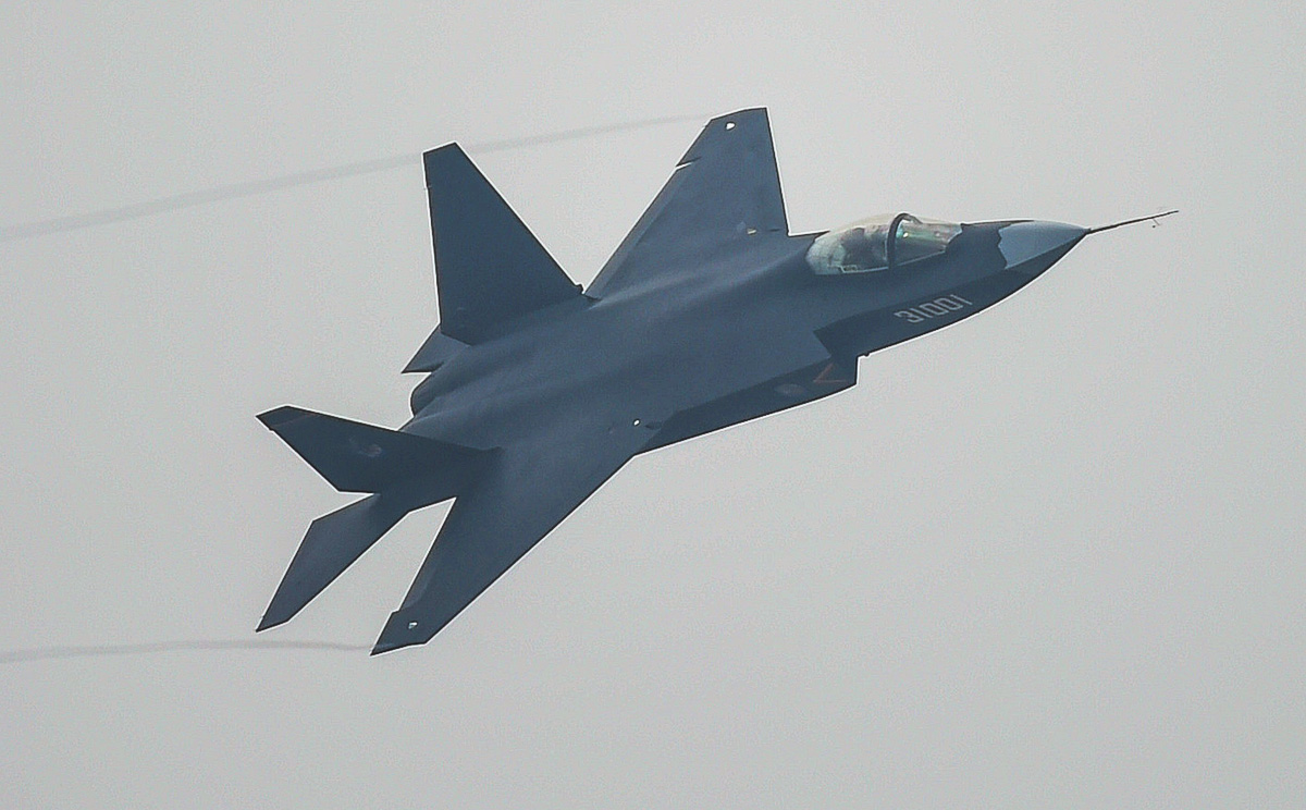 _j-31-stealth-fighter-performs-at-the-airshow.jpg