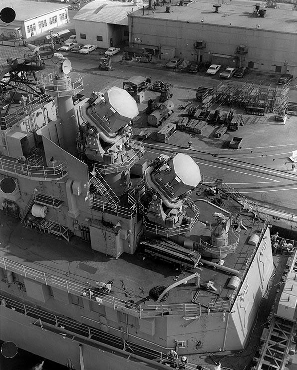 _USS_Oklahoma_City_(CLG-5)_aft_radar_antennas.jpg